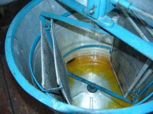 Як відкачують мед