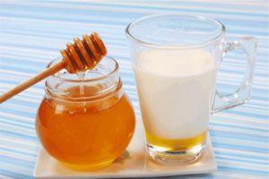 Молоко з медом від горла