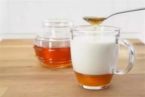 Молоко з медом допомагає від кашлю